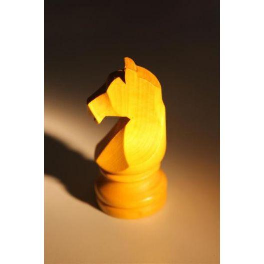 Cheval en buis jaune pour course jeu chevaux