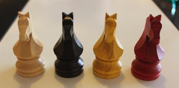 Cheval en buis noir pour course jeu chevaux