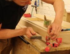 Assemblage de jouets en bois fait à la main dans le nord pas de calais