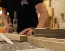 Découpe de bois par un artisan pour la fabrication d'un jouet