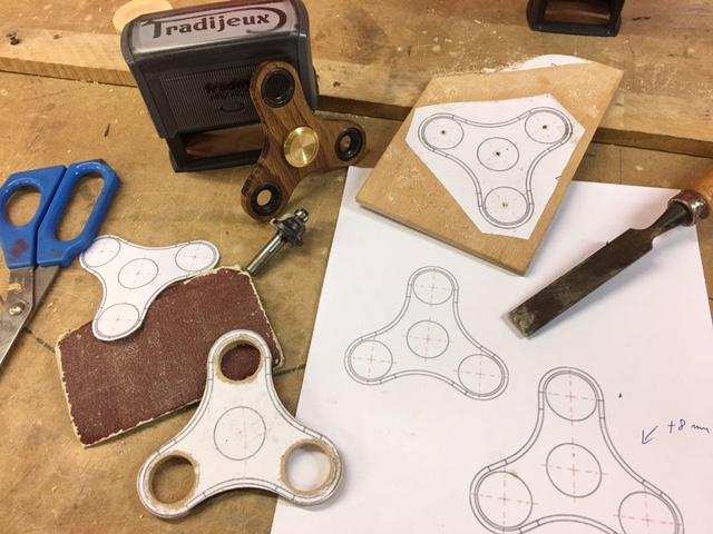 Toupie Hand Spinner en bois fabriqué par La Maison du billard